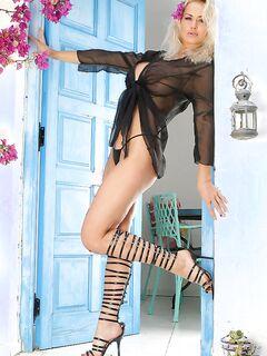 Сногсшибательная сучка сводит с ума красотой роскошного тела