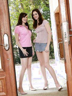 Две лесбиянки не смогли обойтись без члена