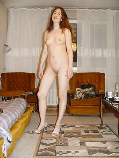 Давалка прогуливается по квартире голышом