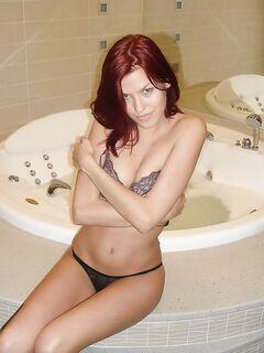 Рыжеволосая подруга остается голышом в ванной