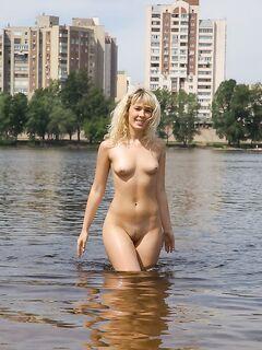 Нудистка открывает сезон купания