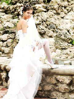 Невеста хвастается своей мокренькой киской