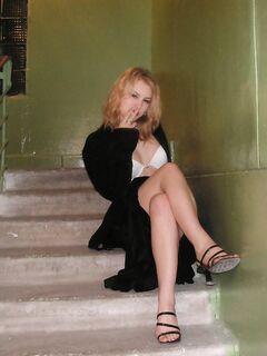 Отвязная блондинка в откровенных нарядах позирует