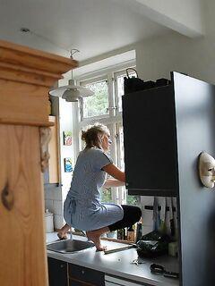 Сексуальная домохозяйка подставила киску для проникновения