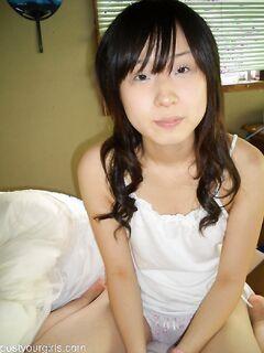 Азиатская студентка обнажила небольшой бюст