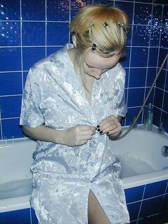 Грудастая блондинка нежиться в ванной