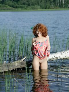 Молодая красотка сделала откровенные снимки у реки