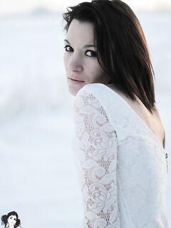 Смелая мамзель раздевается на снегу