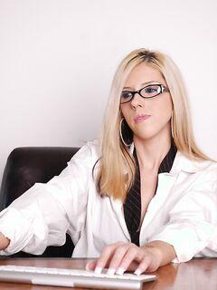 Блондинка показывает прелести на рабочем месте