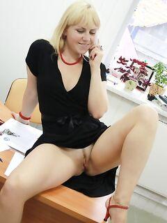 Блонда соблазняет начальника сочной пилоткой