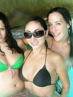Вечеринка в бассейне закончилась групповым сексом