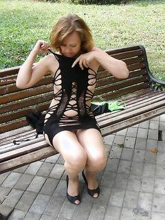 Модель в откровенным наряде раздвинула ноги