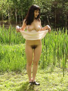 Брюнетка проветрила волосатую вульву на природе