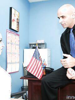 Молодая секретарша сделала минет боссу
