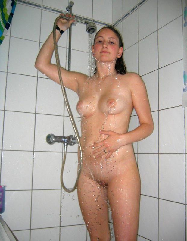 Смелая девушка осталась нагишом и отправилась в душ