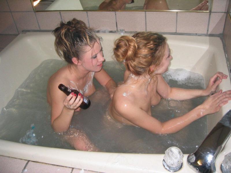 Пьяные лесбиянки выбрили друг другу киски