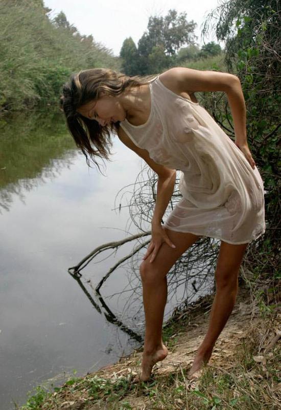 Стройняшка искушает избранника на водоеме