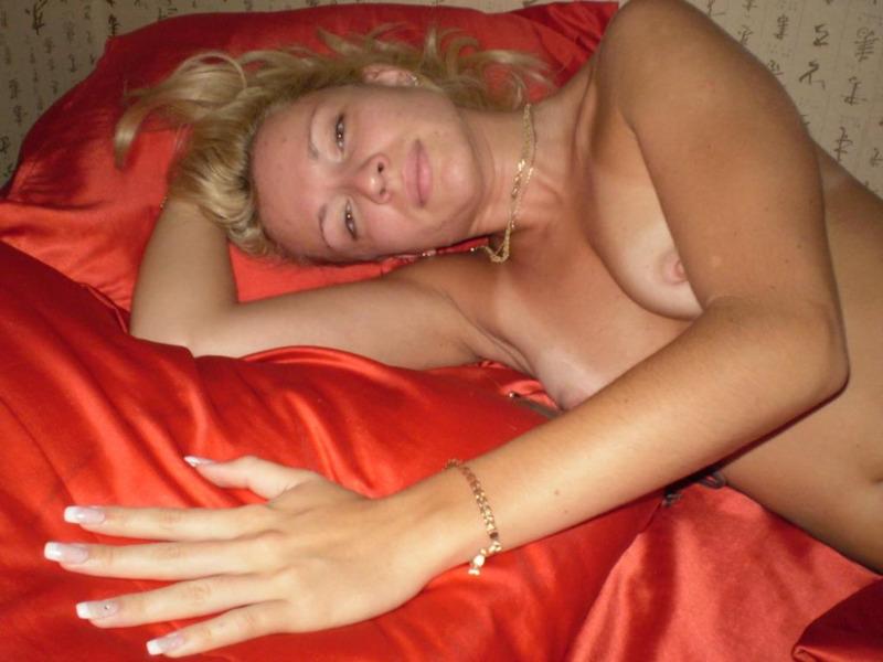 Роскошная блондинка удовлетворяет себя самотыком