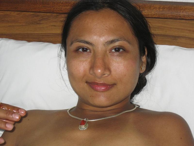 Индийская девушка показала волосатую пилотку