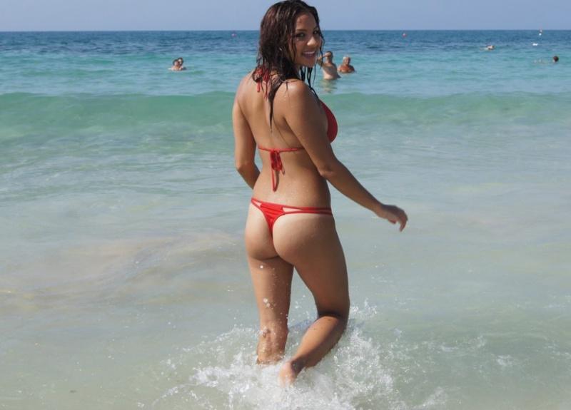 Сексапильная брюнетка осталась голенькой на пляже