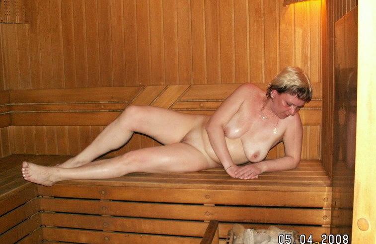 Барышни разного возраста развлекаются в бане