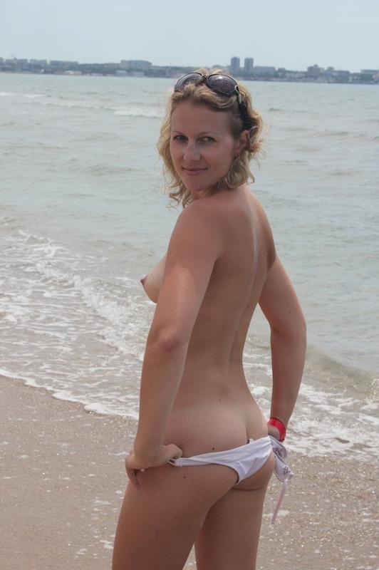 Осталась голой на пляже