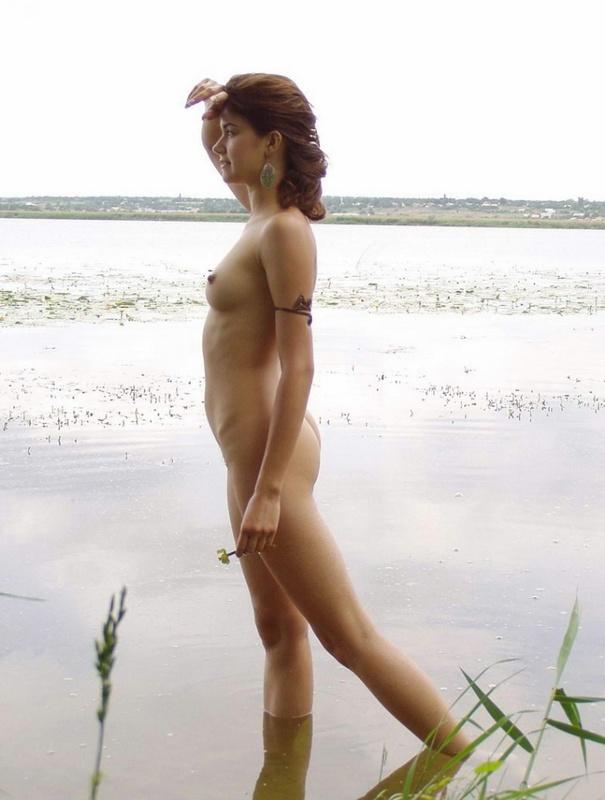 Красивая практикантка купается в озере голенькой