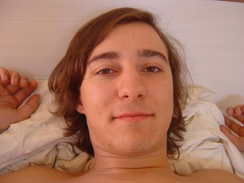 Влюбленная парочка в кровати после секса