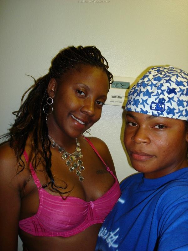 Две чернокожие лесби не стесняются остаться в белье