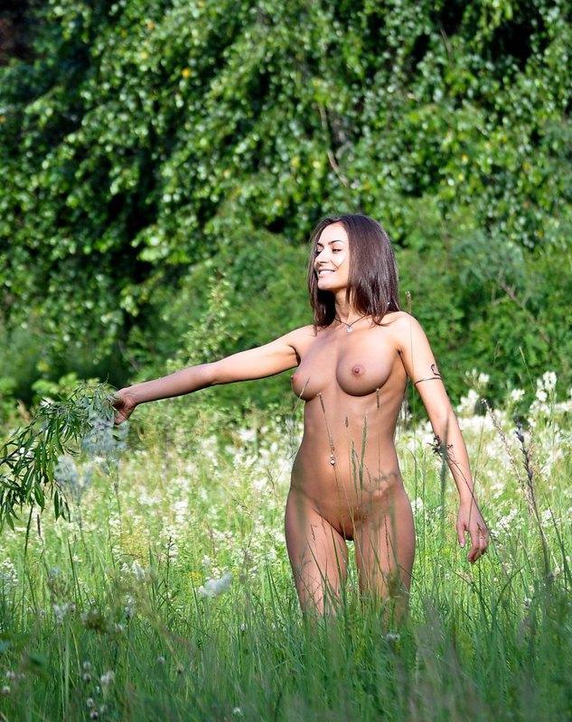 Загорелая проказница голышом на природе