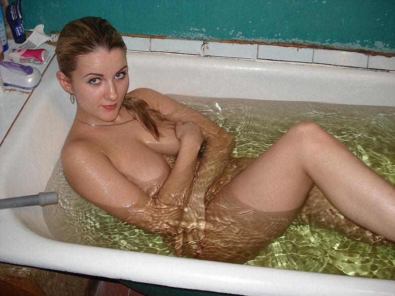 Непревзойденная нимфа плескается в ванной