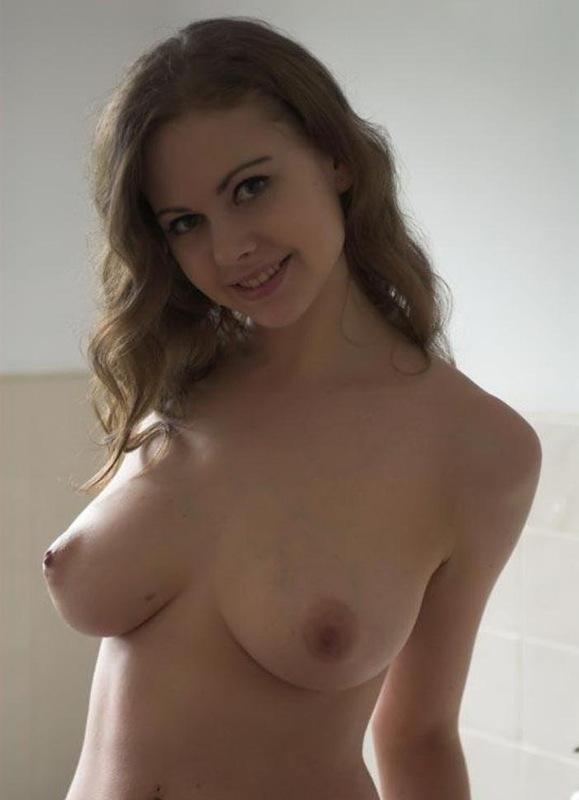 Грудастая модель красуется своим телом в ванной