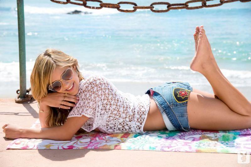 Роскошная мадемуазель оголилась на пляже