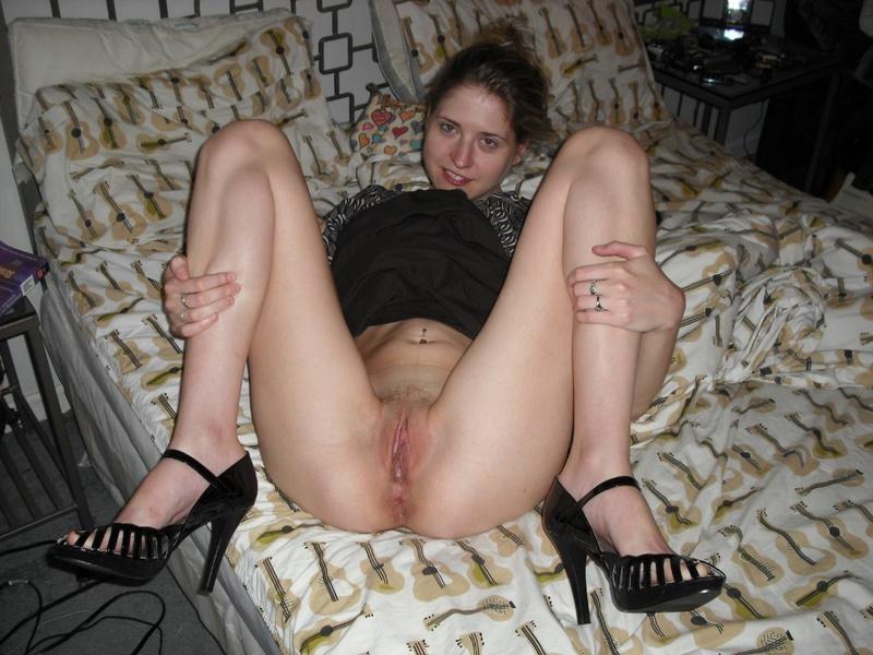 Ненасытная шалашовка удовлетворяет себя секс  игрушкой