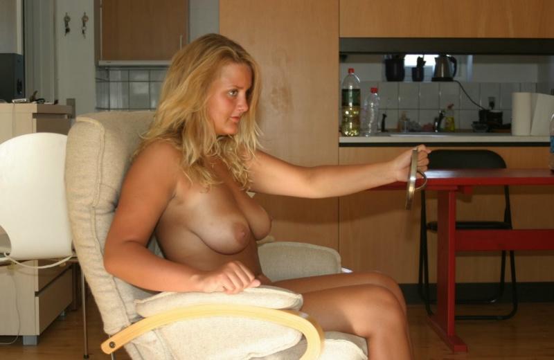 Раскрепощенная домохозяйка разгуливает по дому обнаженной
