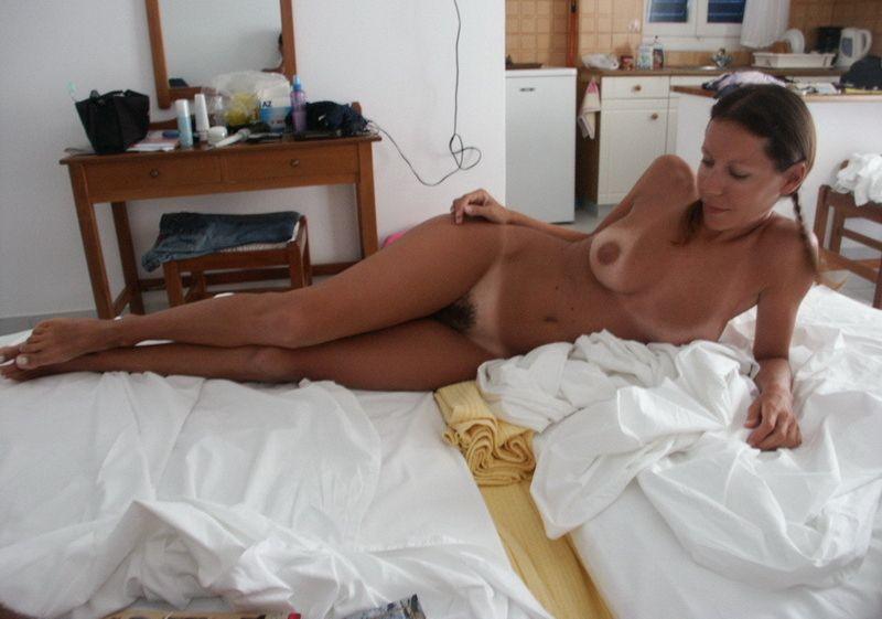Сексуальная давалка загорает голышом