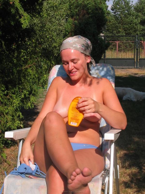 Раскрепощенная шалашовка расслабляется в загородном дома