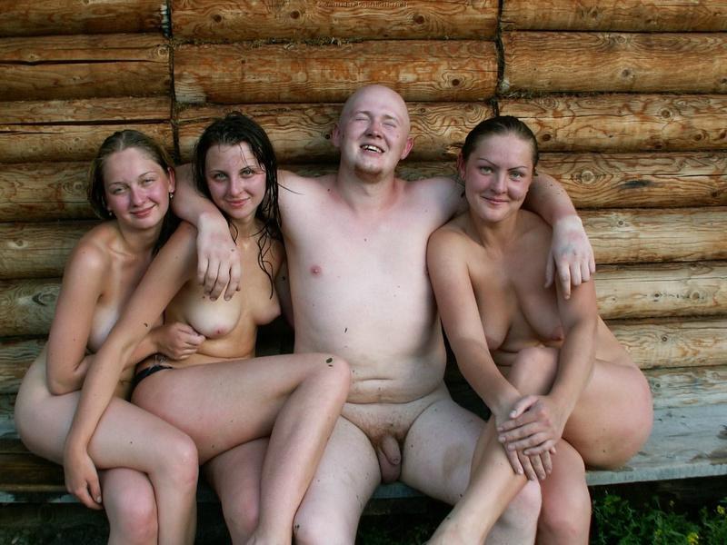 Мужики выставили члены в бане с подругами