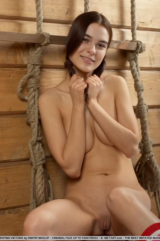 Худенькая милашка осталась без одежды на старом корабле