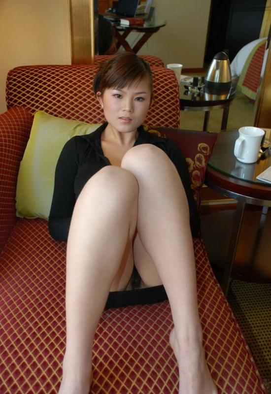 Сногсшибательная азиатка обнажилась в гостиничном номере