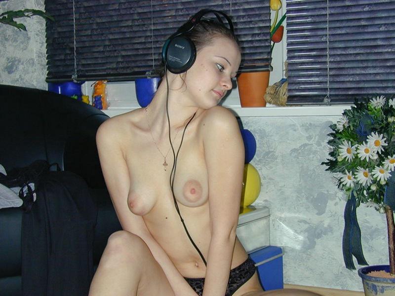 Голая брюнетка слушает музыку