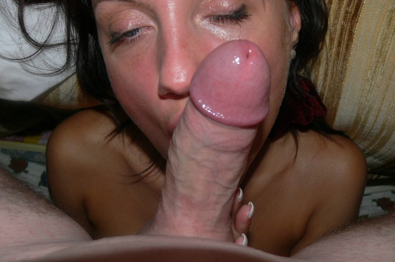 Голубоглазая любительница секс игрушек сосет пенис