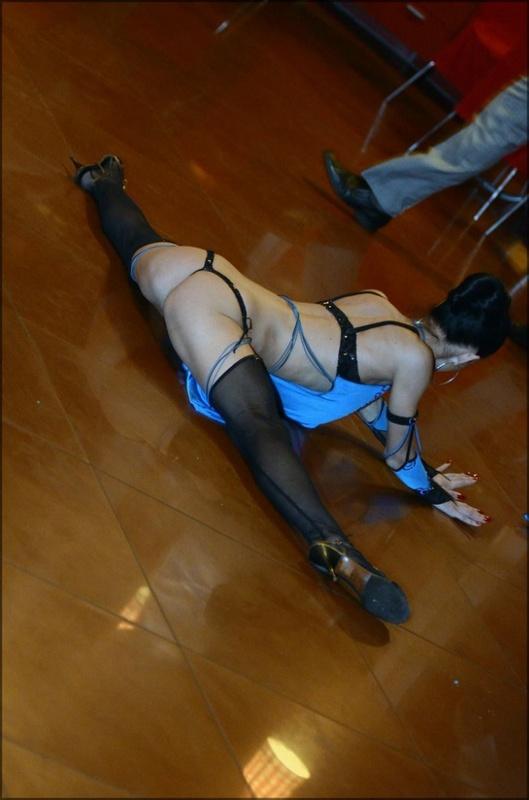 Фееричная танцовщица возбуждает аппетитными формами