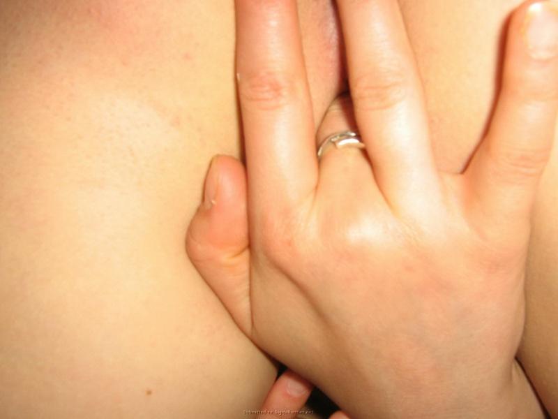 Озорная милашка теребит клитор пальчиками