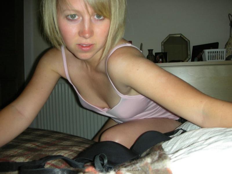 Блондинка удовлетворила себя пальчиками
