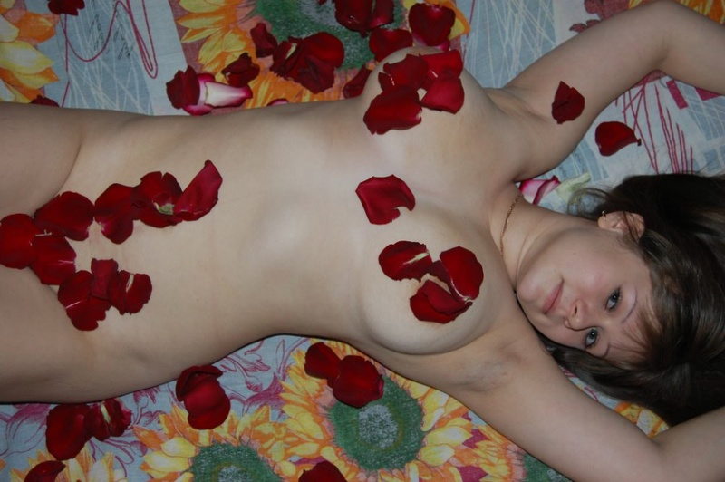 Лепестки роз на прекрасном теле соблазнительницы
