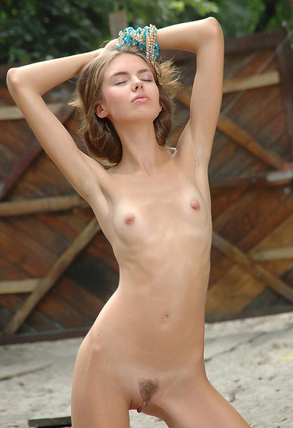 Изящная мамзель прогуливается голышом по двору