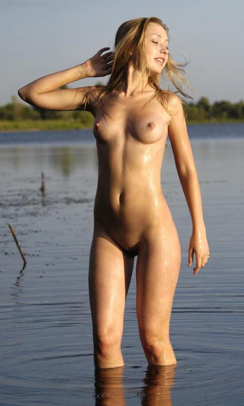 Красивая блондинка оголилась на озере