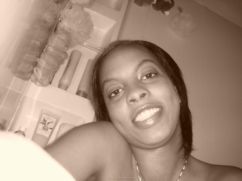 Негритоска стала раком и отставила здоровую жопу