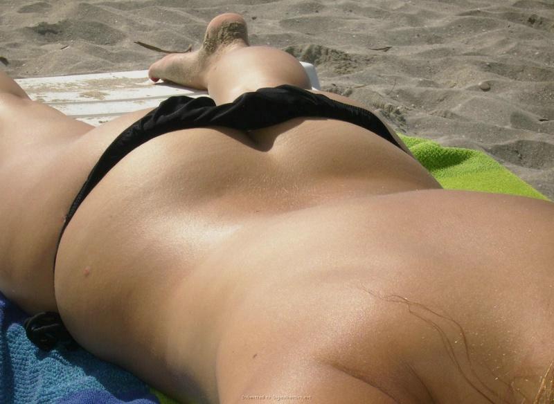 Прожженная мамзель загорает топлес на пляже